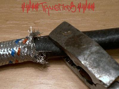 Вытягиваем резиновый шланг